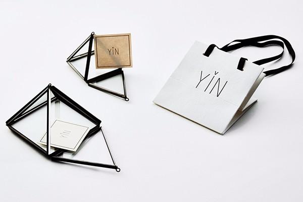 装首饰的纸信封,玻璃金字塔,黑色缎带.