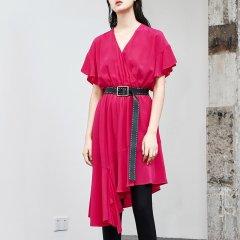 MO&Co./摩安珂女士连衣裙MOCO2018夏季新品V领荷叶边不规则裙摆连衣裙MA182DRS110图片